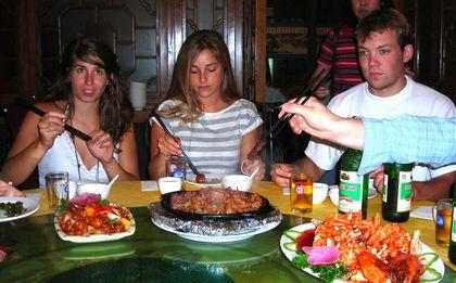 Lors d'un déjeuné, Cédric à droite et ensuite Chloé et Valérie