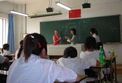 Anne dans une classe lors du cours d'anglais.