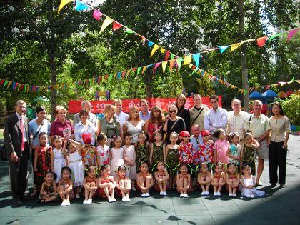 Lors de la visite de l'école maternelle, le groupe d'adultes de Woluwe-Saint-Pierre s'est joint aux jeunes.
