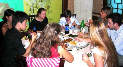 Le groupe lors d'un déjeuné avec le jeune interprète.