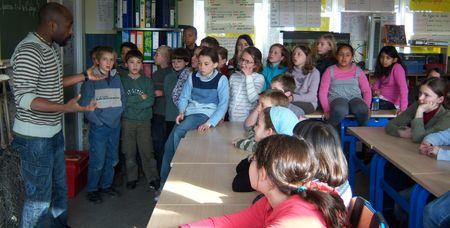 Une classe africaine de brousse dans nos écoles communales de Woluwe-Saint-Pierre