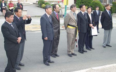 Lors de sa visite, le maire de Gangnam, Monsieur Kwon Moon Yong,a rendu un hommage très ému aux anciens de la guerre de Corée. Ici, Serge de Patoul avec le maire devant le monument de Corée